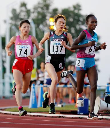 女子1万メートル 力走する一山麻緒(中央)、松田瑞生(左)ら=網走市営陸上競技場