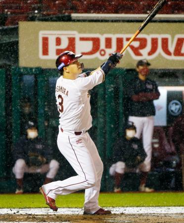 7回楽天無死、浅村が右越えに本塁打を放つ=楽天生命パーク