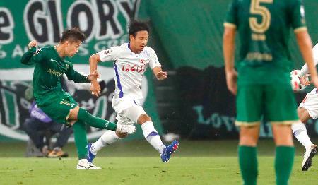 東京V―甲府 後半、3点目のゴールを決める東京V・井出(左)=味スタ