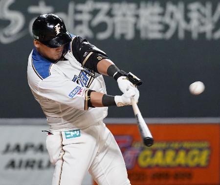 8回日本ハム1死満塁、中田が勝ち越しの右犠飛を放つ=札幌ドーム