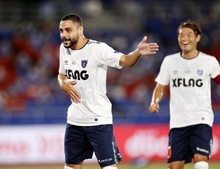 横浜M―FC東京 前半、同点のPKを決めポーズをとるFC東京・ディエゴオリベイラ(左)=日産スタジアム