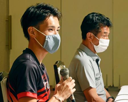 取材に応じる東京五輪男子マラソン代表の服部勇馬。右は佐藤敏信監督=16日、北海道網走市