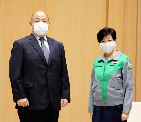 東京都の小池百合子知事(右)と面会した日本相撲協会の八角理事長=16日、東京都庁
