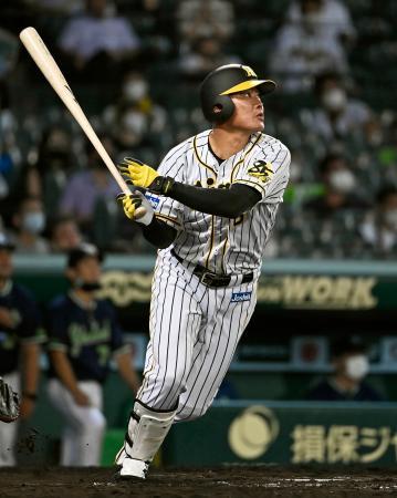 8回阪神1死一塁、福留が中越えに勝ち越し2ランを放つ=甲子園