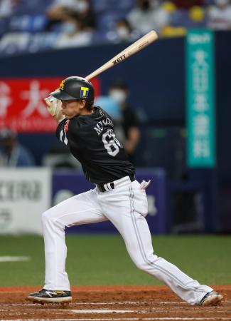 4回ソフトバンク2死満塁、三森が二塁へ適時内野安打を放つ=京セラドーム