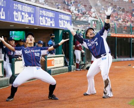 3回、本塁打を放ち、ベンチ前で山田(左)とポーズを決める西武・山川=楽天生命パーク