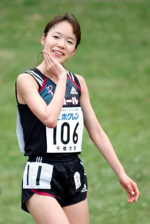 女子5000メートルA組 ゴール後に笑顔を見せる一山麻緒=千歳市青葉陸上競技場