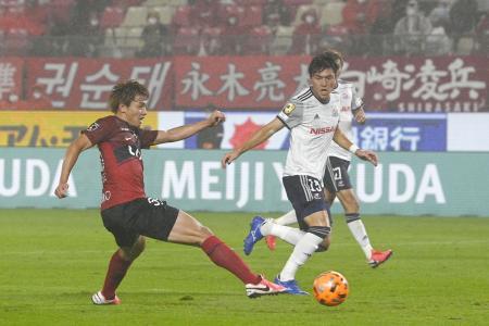 鹿島―横浜M 後半、ゴールを決める鹿島・上田(左)=カシマ