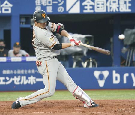 2回巨人2死二、三塁、北村が中前に2点打を放つ=横浜