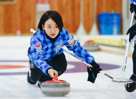 氷上練習でショットを確認するロコ・ソラーレの藤沢((C)LocoSolare)