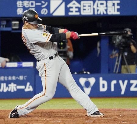 9回巨人2死一塁、岡本が右越えに勝ち越し2ランを放つ=横浜