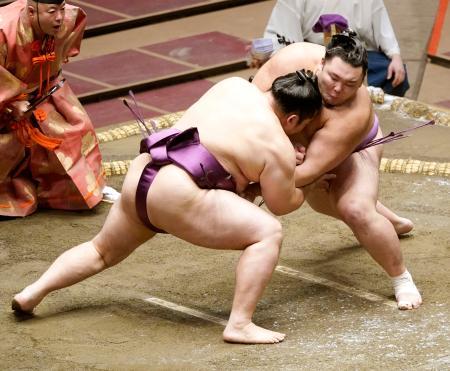 遠藤(左)と立ち合う朝乃山。寄り切りで下した=両国国技館