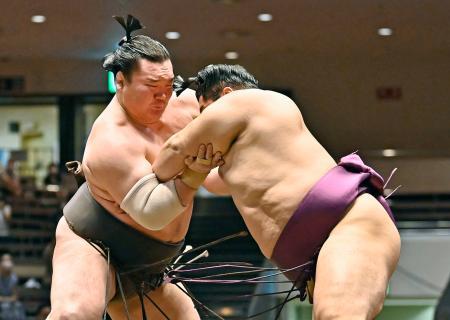 遠藤(右)を厳しく攻める白鵬。押し出しで下す=両国国技館