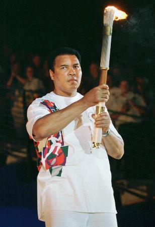 1996年アトランタ五輪の開会式で、聖火台への点火役を務めたムハマド・アリさん(ロイター=共同)