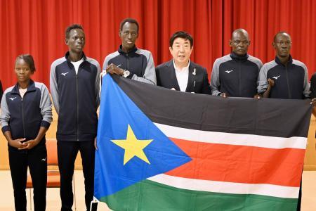 南スーダン選手団と記者会見し、撮影に応じる前橋市の山本龍市長(中央右)=22日午前、前橋市