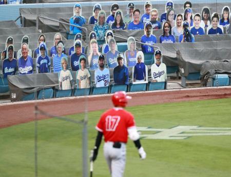 21日に行われたオープン戦で、ドジャースタジアムのスタンドには、観客に見立てたパネルが設置された。大リーグは日本時間の24日、無観客で4カ月遅れの開幕を迎える。手前はエンゼルス・大谷=ロサンゼルス(共同)