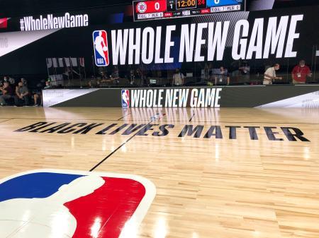 NBAのシーズン再開を前に公開された「ブラック・ライブズ・マター」の標語が記されたコート=21日、フロリダ州オーランド近郊(AP=共同)