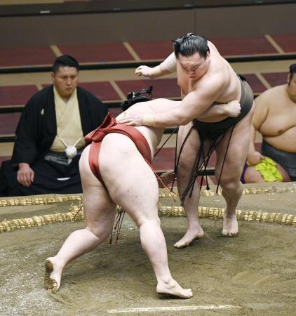 白鵬(右)が突き落としで隆の勝を下す=両国国技館