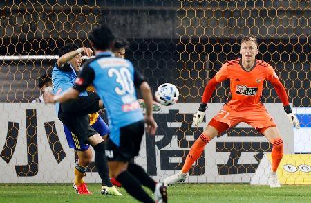 仙台―川崎 後半、自身2点目のゴールを決める川崎・小林(左)。GKスウォビィク=ユアスタ