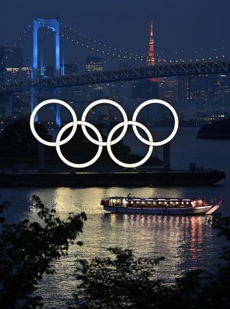 東京・お台場の五輪マークのモニュメント。史上初の延期となった東京五輪の開幕まで、23日で1年となる=22日夜