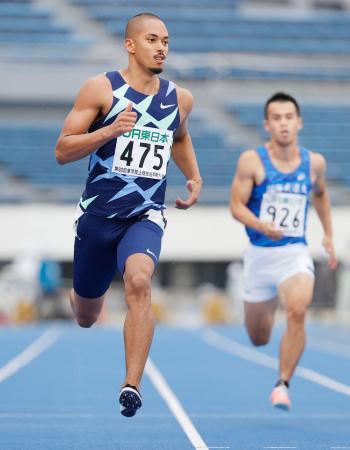 男子100メートル予選 10秒29の9組1着で準決勝に進んだケンブリッジ飛鳥(左)=駒沢陸上競技場