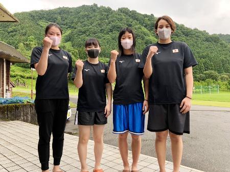 強化合宿に参加したボクシング女子日本代表の(左から)浜本紗也、並木月海、入江聖奈、津端ありさ=24日、富山市(日本ボクシング連盟提供)