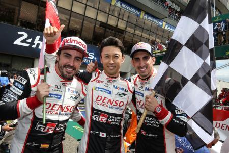 19年のルマン24時間を勝利して、喜ぶアロンソ(左)と中嶋一貴(真ん中)ら(C)TOYOTA GAZOO Racing