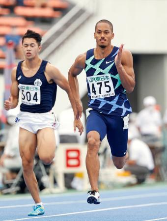 男子100メートル決勝 力走するケンブリッジ飛鳥(右)。10秒22で優勝した=駒沢陸上競技場