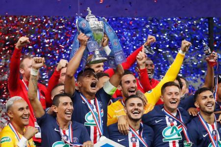サッカーのフランス・カップを制し、喜ぶパリ・サンジェルマンの選手たち=24日、サンドニ(ロイター=共同)