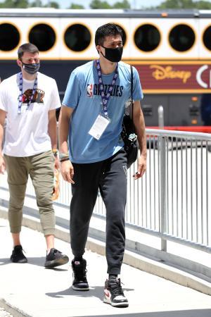 NBAの練習試合でオーランド近郊の会場に到着した渡辺雄太=24日(ゲッティ=共同)