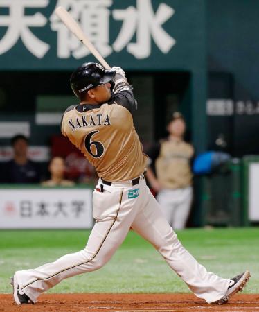 7回日本ハム2死一、三塁、中田が左越えに3ランを放つ=ペイペイドーム