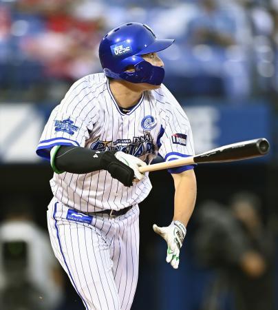 1回DeNA1死一、二塁、佐野が左中間に先制二塁打を放つ=横浜