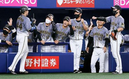 8回、中谷の2点打で生還した梅野(44)を迎える阪神ナイン=ナゴヤドーム