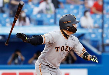 1回巨人無死一、二塁、丸が左中間に先制二塁打を放つ=神宮