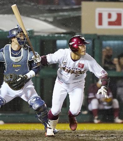 8回楽天無死一塁、茂木が右中間に勝ち越し三塁打を放つ。捕手松井雅=楽天生命パーク