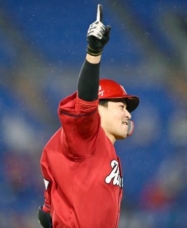 9回、勝ち越しの満塁本塁打を放ち、天を指さし一塁を回る広島・会沢=横浜