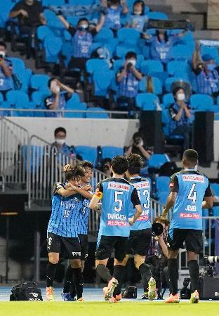 川崎―湘南 後半、ゴールを決め喜ぶ三笘(左端)と駆け寄る川崎イレブン=等々力