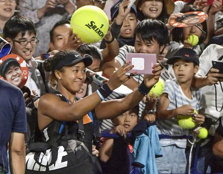東レ・パンパシフィック・オープンのシングルス初戦で快勝し、観客と写真に納まる大坂なおみ=2019年9月、ITC靱TC