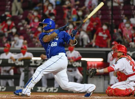 8回中日2死一塁、ビシエドが右翼線に適時二塁打を放つ。捕手会沢=マツダ