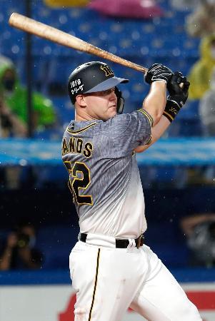 4回阪神2死、サンズが右越えに満塁本塁打を放つ=神宮