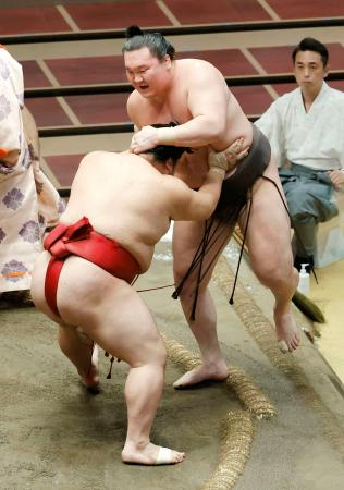 白鵬(右)が押し出しで大栄翔に敗れる=両国国技館