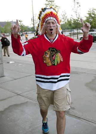 頭飾りを着けた北米プロアイスホッケーNHLのブラックホークスのファン(NHLI提供・ゲッティ=共同)