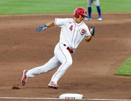 カブス戦の5回、二塁打で出塁後、後続の適時打で三塁を回るレッズ・秋山=シンシナティ(共同)