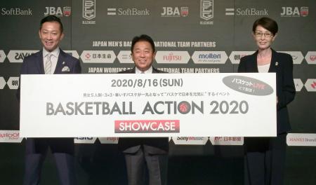 撮影に応じる日本バスケットボール協会の三屋裕子会長(右)ら=30日、東京都内