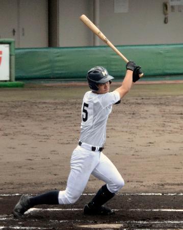 京都成章戦の1回、二塁打を放つ龍谷大平安・奥村=わかさスタジアム京都