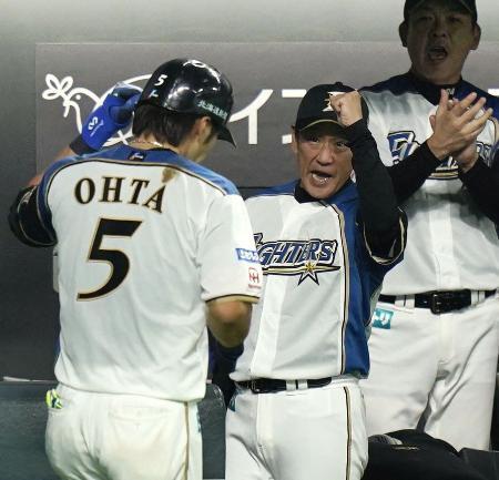 3回、2ランを放った大田(5)を迎える日本ハム・栗山監督=札幌ドーム