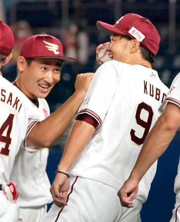 今季初勝利を挙げ、ウイニングボールを手に笑顔を見せる楽天・久保。左は下水流=ZOZOマリン