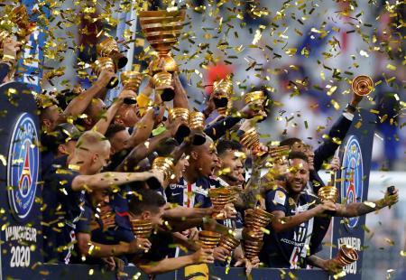 フランス・リーグ杯を制し、歓喜に沸くパリ・サンジェルマンの選手たち=7月31日、サンドニ(ロイター=共同)