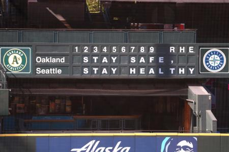 マリナーズの本拠地球場のスコアボードに掲げられた感染拡大防止のメッセージ=31日、シアトル(ゲッティ=共同)