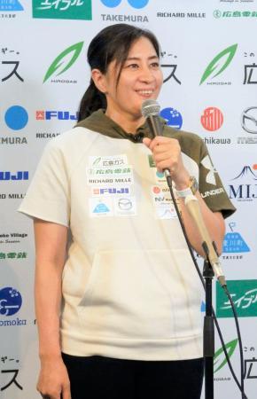 記者会見で意気込みを語るスノーボード女子の竹内智香=1日、東京都渋谷区